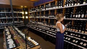 une-cliente-choisit-une-bouteille-de-vin-dans-un-magasin-specialise-le-27-decembre-2013-a-sao-paulo_4650952