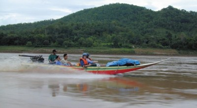 Long_Tail_boat_up_the_mighty_Mekong-Max_Roche